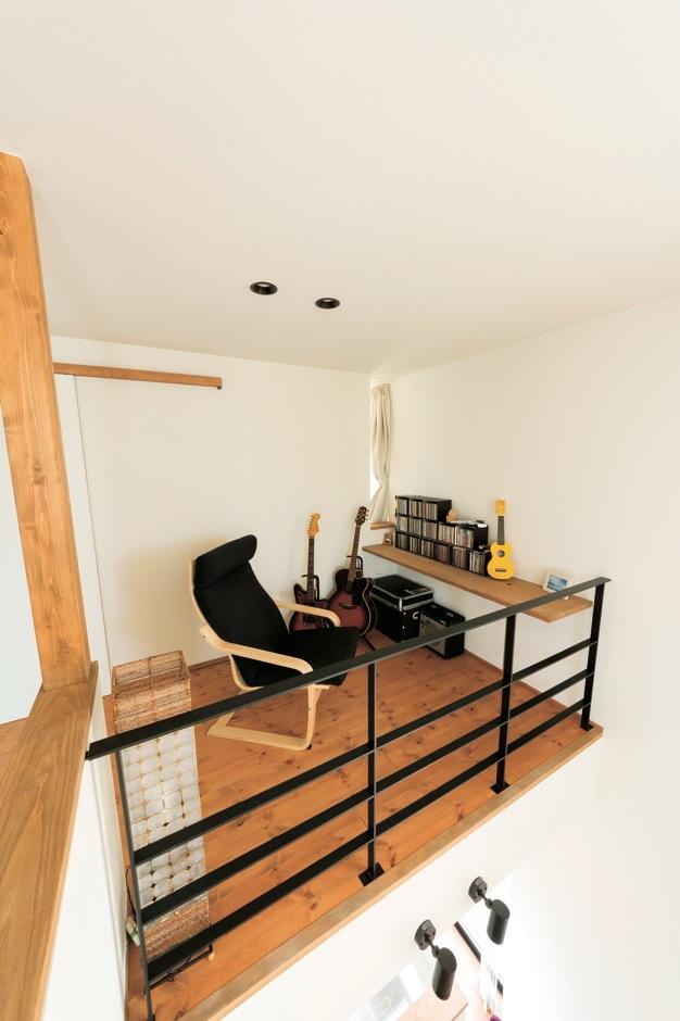 建杜 KENT(大栄工業)【デザイン住宅、間取り、建築家】ご主人の音楽コーナー。「使う時間の少ない個室をつくるのはもったいない」という伊達さんの提案で、「オープンな個室」が随所に用意された