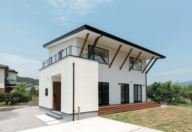 建杜 KENT(大栄工業)【デザイン住宅、間取り、建築家】大胆に張り出した軒は、吹き抜けに採り込まれる日差しをコントロール。外観の主張を強め、住まい手のセンスも伝える