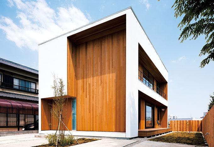 建杜 KENT(大栄工業)【デザイン住宅、自然素材、建築家】玄関側は開口部を減らし、西日と通りからの視線をはじく。モダンなフォルムだが、レッドシダーの外壁が古くからの住宅地になじむようなあたたかみを添えている