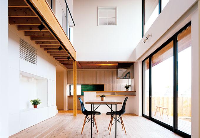 建杜 KENT(大栄工業)【デザイン住宅、自然素材、建築家】床のスギは30ミリもの厚み。お子さまたちの元気なジャンプもやわらかく受け止める。壁は調湿・消臭効果をもつホタテパウダーの塗り壁仕上げ。ダイニングテーブルも雰囲気にあわせて造作してもらった
