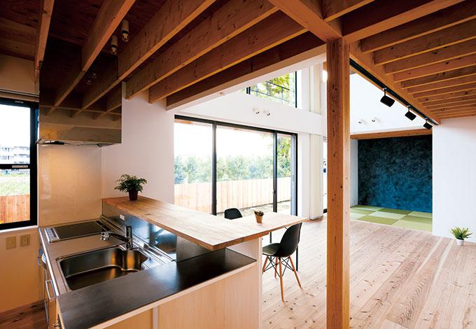 建杜 KENT(大栄工業)【デザイン住宅、自然素材、建築家】既製のキッチンを造作の棚とカウンターで囲み、統一感と利便性がもたらされた。左手の食器棚も造作