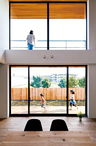 建杜 KENT(大栄工業)【デザイン住宅、自然素材、建築家】1階と2階、室内と屋外の関係性を意識した設計。縁側デッキとベランダは回遊性ももち、家族の交差を増やす