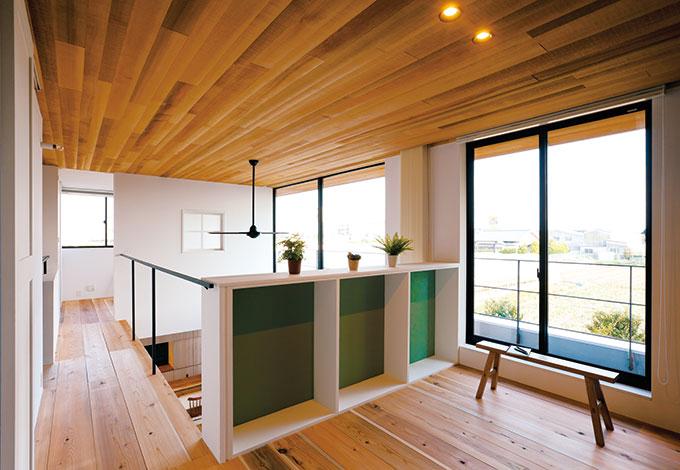 建杜 KENT(大栄工業)【デザイン住宅、自然素材、建築家】2階のファミリールーム。キッチンから視線を上げれば、お子さまたちの様子が感じられる場所に配置された