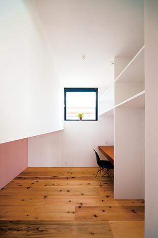 建杜 KENT(大栄工業)【デザイン住宅、自然素材、建築家】壁の色で変化をつけた子ども部屋は、共有スペースで過ごす時間が長くなるよう、必要最低限の広さに。空間を上下に切り分け、就寝スペースとして無駄なく使用している