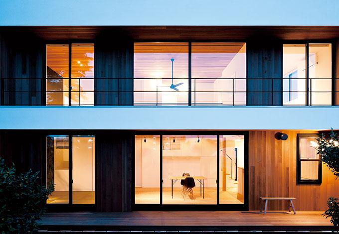 建杜 KENT(大栄工業)【デザイン住宅、自然素材、建築家】南面は人目が気にならない立地を活かし、大きく開いた。夕暮れ時、縁側デッキや庭で過ごすひとときも家族のお気に入り