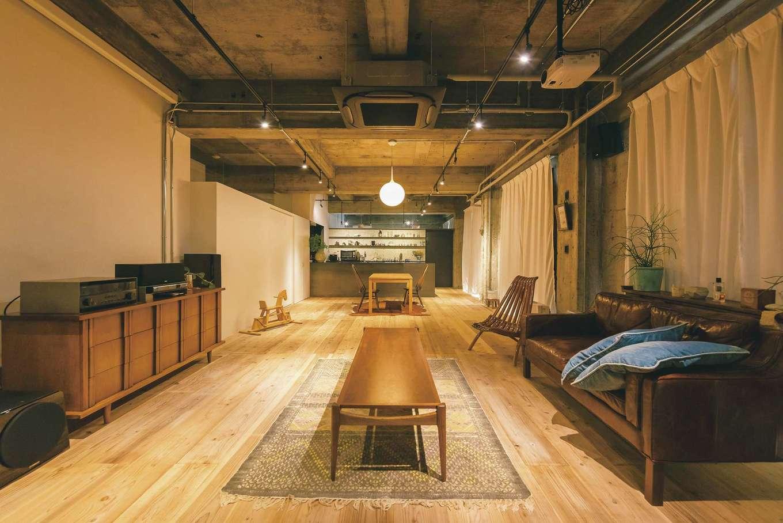 建杜 KENT(大栄工業)|2階の住居スペース。壁や天井は活かし、モルタルの床の上に無垢の杉板を貼って暮らしやすい空間に