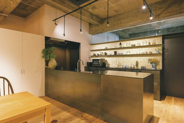 建杜 KENT(大栄工業)|旧ビルの倉庫に眠っていたキッチンにスチールを組み合わせ、BARのような雰囲気に