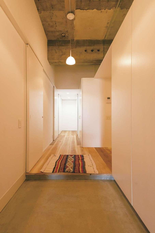 建杜 KENT(大栄工業)|玄関ホール。タテ・ヨコの美しいラインは建築家らしいこだわり