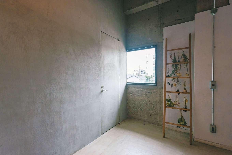 建杜 KENT(大栄工業)|壁に合わせてトイレのドアもモルタル製