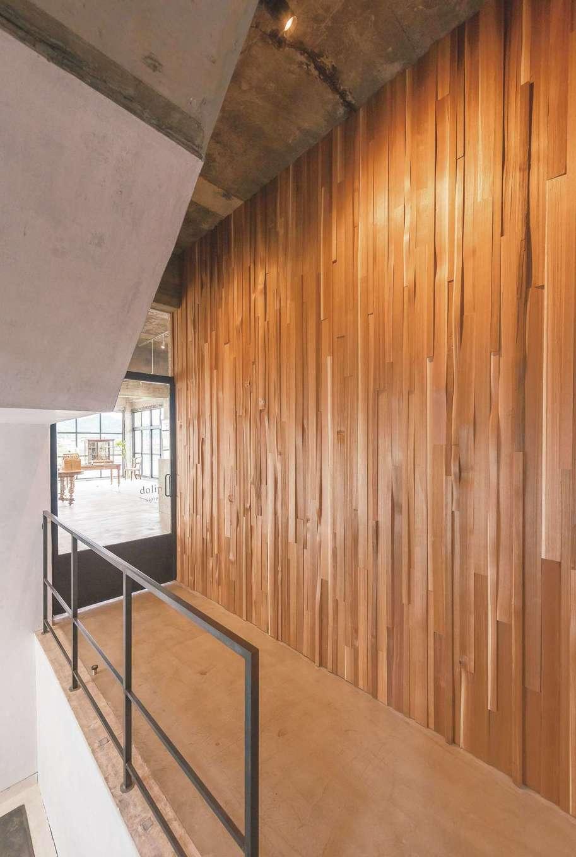 建杜 KENT(大栄工業)|店舗へと誘うデザインウォール。フランスの教習所で使用されていたドアを再利用