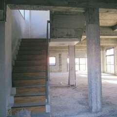 築50年の空きビル。コンクリート打ち放しの質感は残しつつ、2階を住居、3階を店舗にリノベした