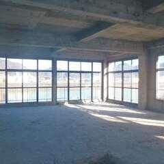 3階の店舗部分。狩野川を一望するはめ込み式の窓ガラスは枠のアイアンを造作して実現