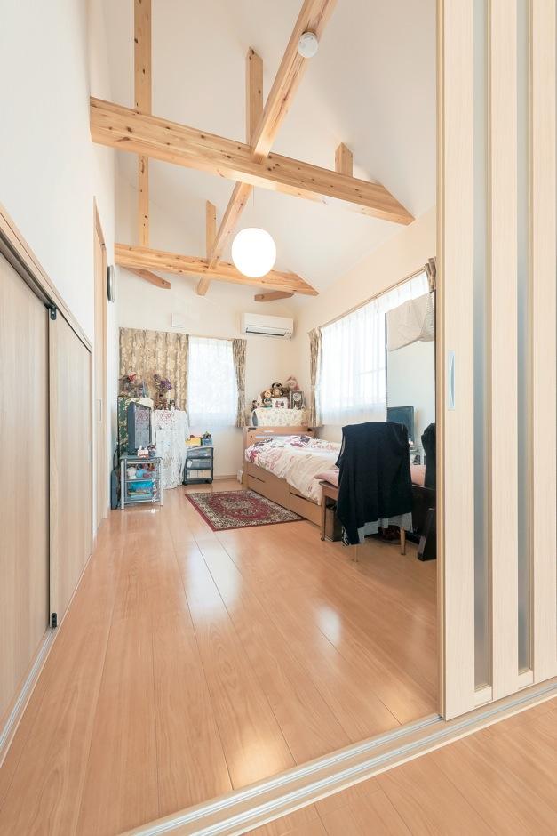 Ayami建築工房【収納力、間取り、平屋】お母さまの寝室は、お仏壇に一番近い場所に。勾配天井でゆったりとした空間に「旅行で泊まった旅館の部屋のよう」と言うお母さまの笑顔が印象的