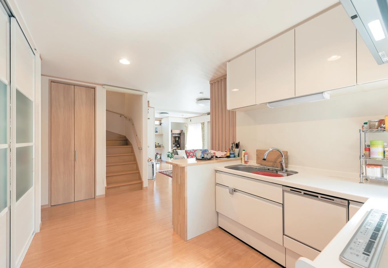 Ayami建築工房【収納力、間取り、平屋】L字に配したキッチンは、ゆとりの広さで動線も楽。お母さまの使いやすさを最優先して設計した