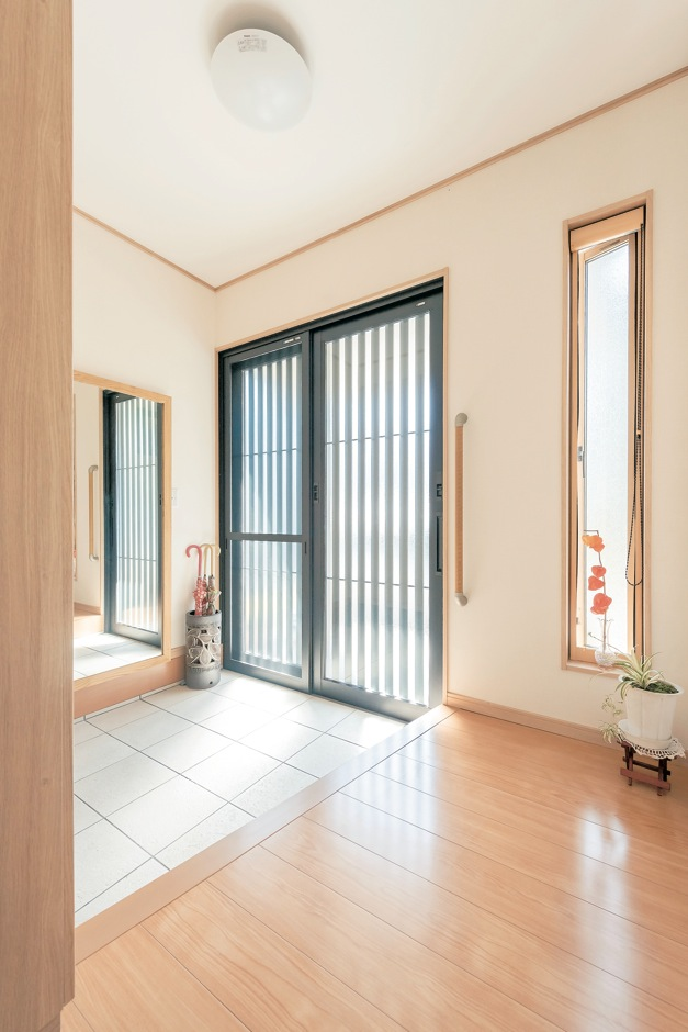 Ayami建築工房【収納力、間取り、平屋】広々とした玄関ホール。必要最低限に取り付けた手摺りは、以前の家でお父さまのために使っていたものを再利用