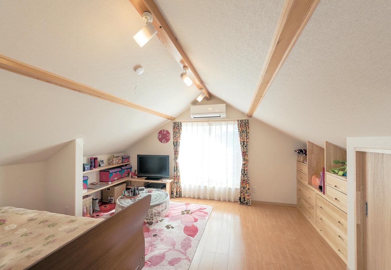 Ayami建築工房【収納力、間取り、平屋】三角屋根の小屋裏の雰囲気がかわいいKさんの寝室。引き出しや収納棚は造作で設えた