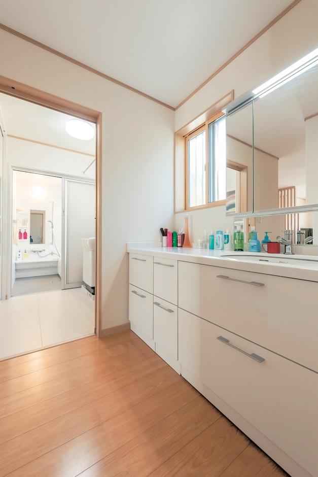 Ayami建築工房【収納力、間取り、平屋】白を基調に選んだ洗面台。壁面の幅に合わせたワイドな天板とたっぷりの収納が使いやすい