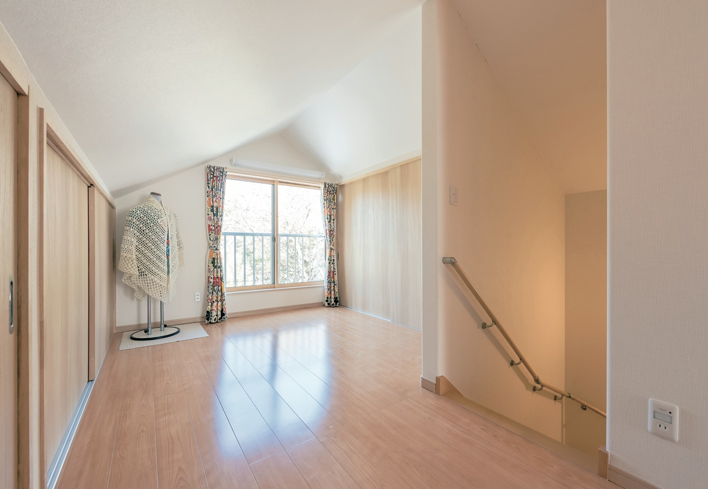 Ayami建築工房【収納力、間取り、平屋】多目的に使える2階のホール。勾配を活用して、たっぷりの収納スペースを設けてある