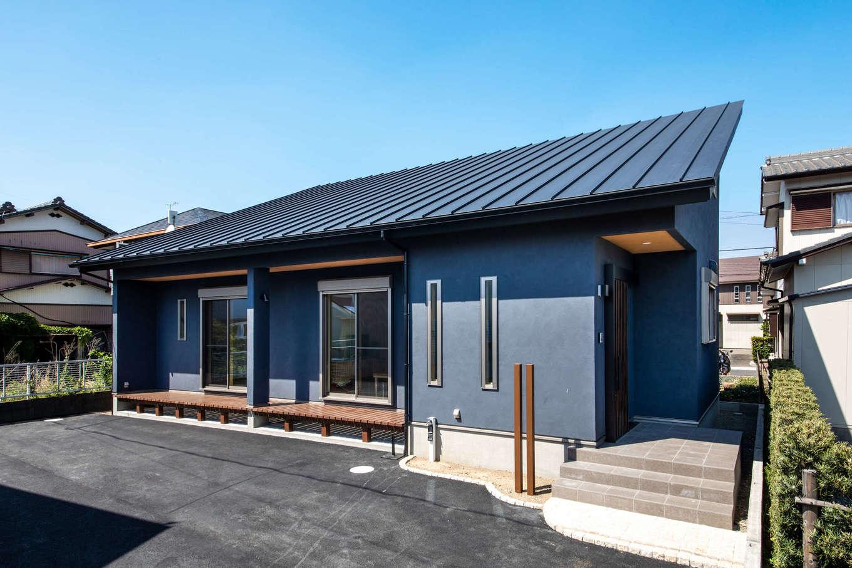 今井建設【デザイン住宅、間取り、自然素材】平屋のようにも見える片流れ屋根の外観。外壁の塗り壁は、内装材と同じでメンテナンスも簡単なディバネートを採用。軒の深い濡れ縁で、ゆったり寛ぐことができそう