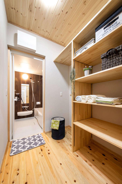 今井建設【デザイン住宅、間取り、自然素材】収納たっぷりの脱衣室。木が湿気を吸ってくれるのでカビが生えにくい。洗面室と分けたことで、誰かが入浴中でも自由に手洗いや歯磨きができる
