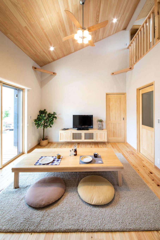 今井建設【デザイン住宅、間取り、自然素材】勾配天井のリビング、床はヒノキ、天井はパイン材。吹抜けで2階とつながっているのでコミュニケーションも取りやすい。ローテーブル、TVボードは社長の手づくり