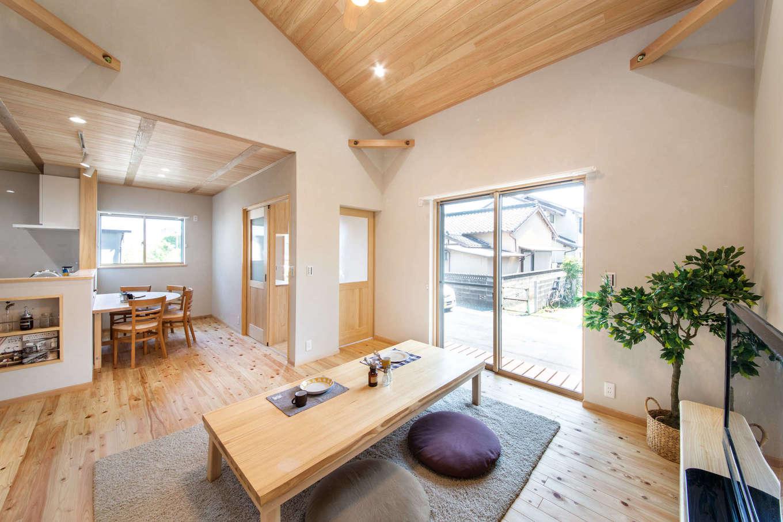 今井建設【デザイン住宅、間取り、自然素材】リビングとダイニングキッチンの天井の高さを変えたことで、より広く感じられるLDK。調湿性にすぐれた天然木と塗り壁、セルロースファイバー断熱材の相乗効果で、夏はサラっと涼しくて、冬は乾燥しない潤いのある住空間を実現