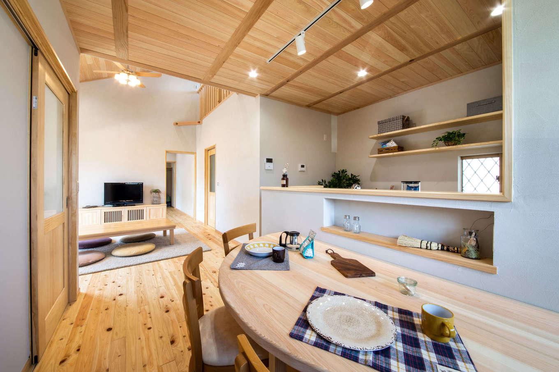 今井建設【デザイン住宅、間取り、自然素材】家族がどこにいても気配がわかる位置にキッチンをレイアウト。木のぬくもりあふれる空間にきれいな空気がゆったりと流れる