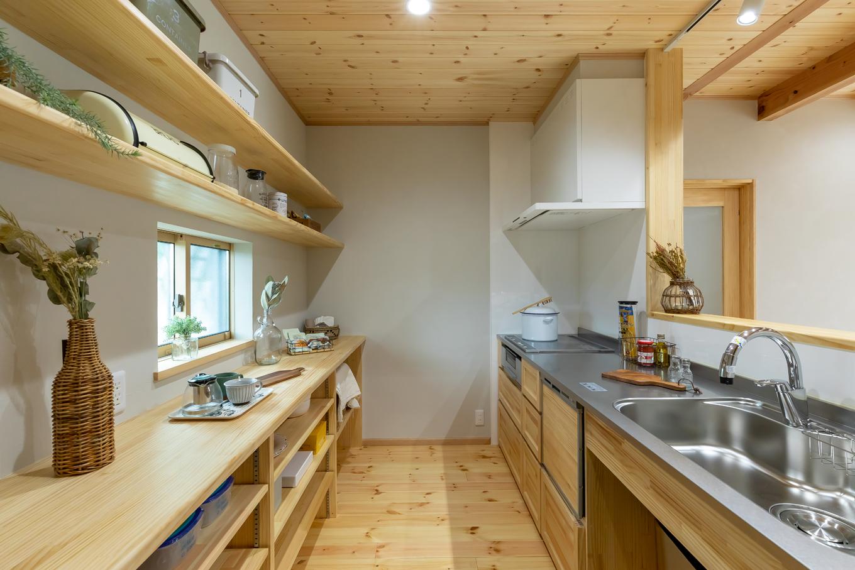 今井建設【1000万円台、子育て、自然素材】『今井建設』で特に人気の高いオリジナル造作キッチン。作業スペースもゆったりとってあるので、夫婦で料理するときも窮屈に感じない。カフェのような見せる収納棚もテンションを上げてくれそう