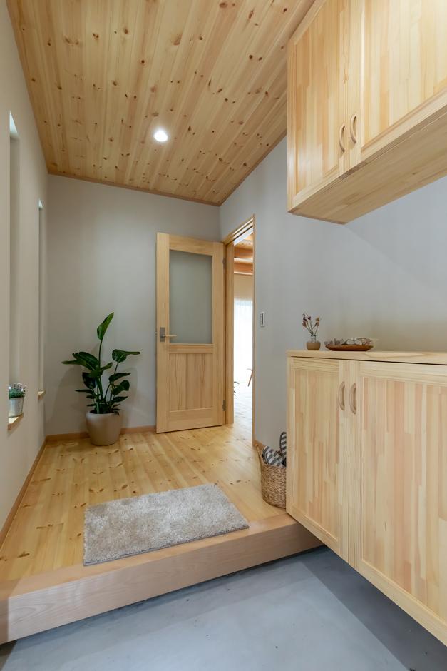 今井建設【1000万円台、子育て、自然素材】玄関を入った瞬間、無垢材ならではのやさしい香りに包まれる。床も天井もパイン材を使い、経年変化を楽しむことができる。シューズボックスなどの造作家具1つ1つにも熟練職人の想いが伝わってくる