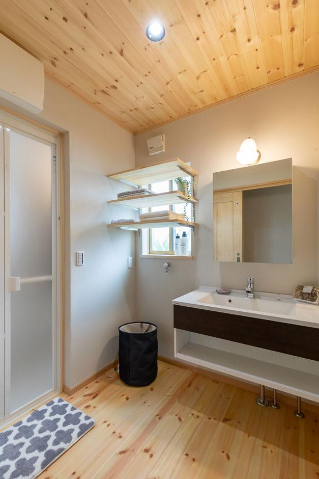今井建設【1000万円台、子育て、自然素材】キッチンから数歩でアクセスできるサニタリー。WOODBOXは洗面台だけの仕様だが、このモデルハウスは鏡と造作の収納棚をプラスした