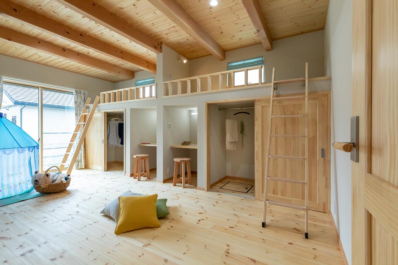 今井建設【1000万円台、子育て、自然素材】12畳の洋室は子ども部屋に。スタディカウンター、ウォークインクローゼット、畳敷きのロフトを造作。成長に応じて2間に間仕切りすることもできるし、子どもたちが巣立った後は夫婦の趣味部屋としても使える