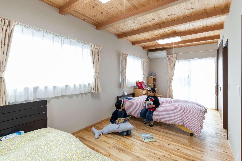 今井建設【子育て、自然素材、間取り】2階の子ども部屋。小さいうちは姉妹が広い一室空間を共有し、成長してきたら二間にセパレートすることも可能、長男の部屋は別に確保した