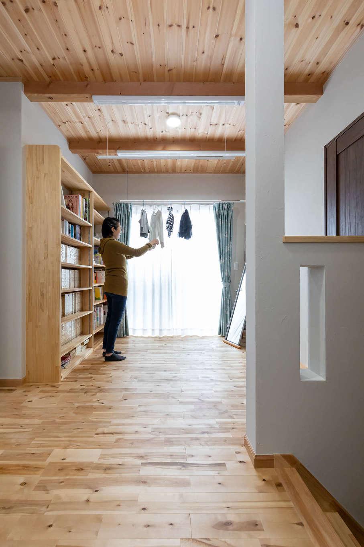 今井建設【子育て、自然素材、間取り】2階のフリースペース。調湿効果の高い無垢材と塗り壁に囲まれているので、夜洗濯して部屋干ししても朝にはすっかり乾いている