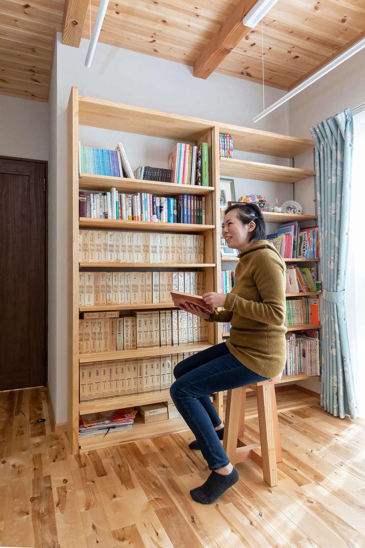 今井建設【子育て、自然素材、間取り】ファミリーライブラリーとして楽しめる作り付けの本棚。奥さまが祖母から譲り受けたという貴重な世界・日本名作全集がずらり並ぶ
