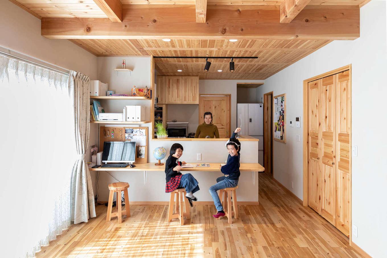 今井建設【子育て、自然素材、間取り】キッチンと食器棚は『今井建設』のオリジナル造作。カウンターで姉妹がお絵描きするのを料理中のママがやさしく見守る。オール自然素材で作られた空間は空気がきれいで、ジメジメ感がまったくない