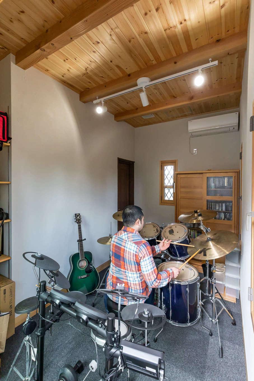 今井建設【子育て、自然素材、間取り】ご主人の夢を叶えた防音室。高校時代から続けているドラムを叩いたり、ベースを演奏する。防音効果にも優れたセルロースファイバーを採用したことで、音漏れを気にすることなく演奏できる