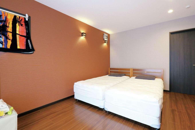 丸昇彦坂建設【間取り、ペット、インテリア】リゾートホテルをイメージした主寝室。木目調のフローリングの質感に合わせて、クロスの色や間接照明など、ディテールにまでこだわった