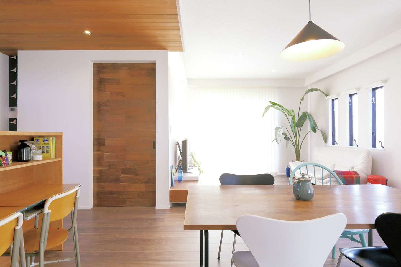 丸昇彦坂建設【デザイン住宅、趣味、インテリア】床、天井、リビングドア、キッチン、家具まで木を使った、ぬくもりに満ちたLDK。白い壁とのコントラストが美しく、朝から爽やかな1日のスタートを切れそう