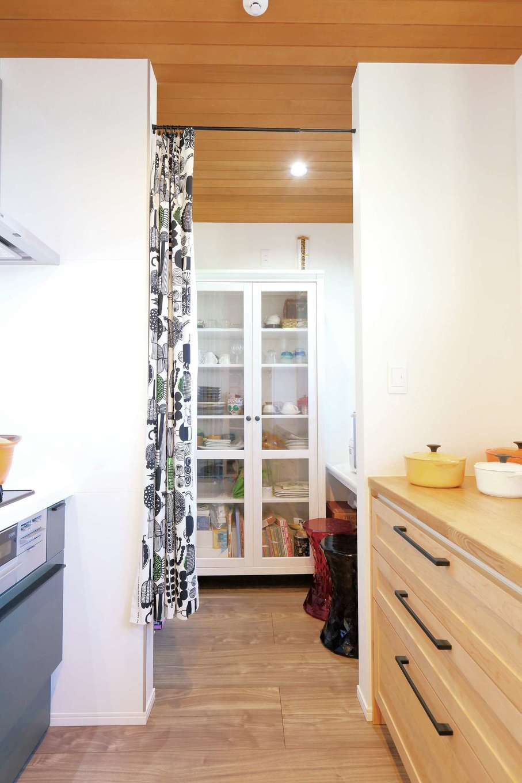 丸昇彦坂建設【デザイン住宅、趣味、インテリア】キッチンと一直線で繋がるおしゃれなパントリー。家事室も完備