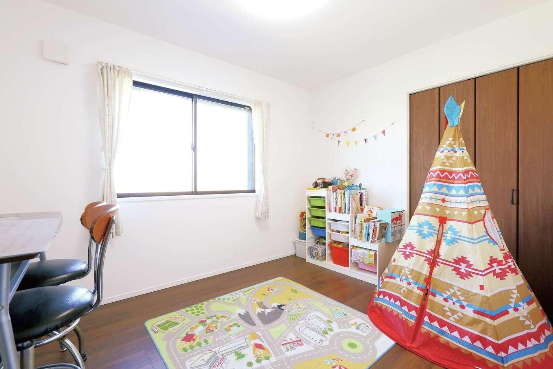 丸昇彦坂建設【デザイン住宅、趣味、インテリア】東側に配置した日当たり抜群の子ども部屋