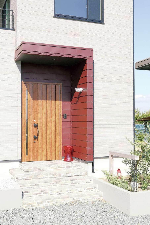 丸昇彦坂建設【デザイン住宅、趣味、インテリア】玄関回りの赤いガルバリウムがポイントカラーに