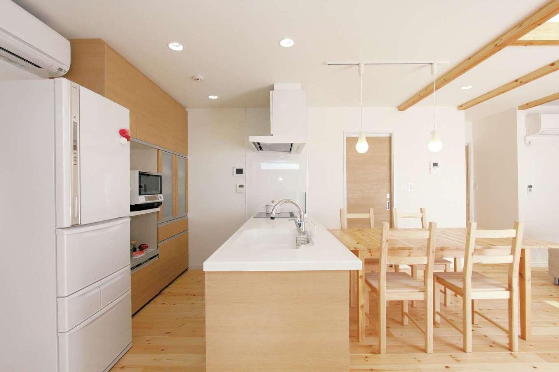 丸昇彦坂建設【デザイン住宅、子育て、インテリア】家族がどこにいても見渡せる位置にキッチンをレイアウト。配膳もお片づけもしやすく、収納充実のキッチンスペースが家事時間を短縮してくれる