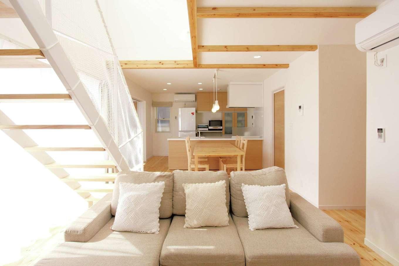 丸昇彦坂建設【デザイン住宅、子育て、インテリア】アイアン製の階段は目透しにすることでシンプルでオシャレに。空間の広がりを視覚的に感じる効果も