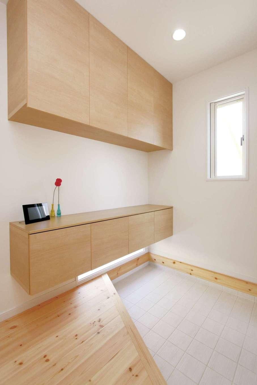 丸昇彦坂建設【デザイン住宅、子育て、インテリア】框を斜めに切ることで空間を広く見せる玄関