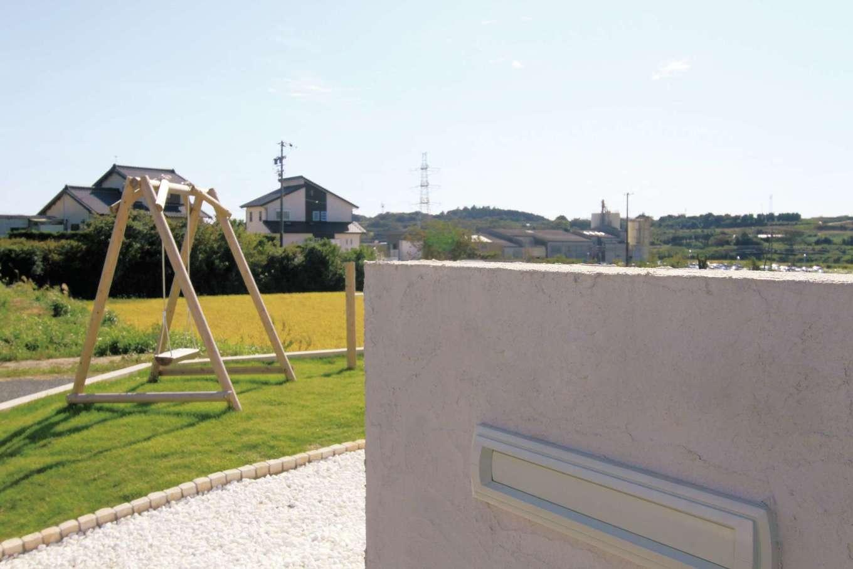 丸昇彦坂建設【デザイン住宅、子育て、インテリア】ポストボックスはコンクリート壁への埋め込み式。エクステリアの一部に