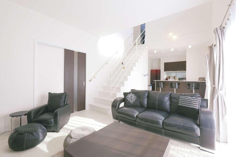 丸昇彦坂建設【デザイン住宅、省エネ、間取り】ゴテゴテした空間が嫌いで、シンプルですっきりとしたLDKを望んでいた夫妻。白い床と壁に黒い家具を合わせ、高級感のあるモノトーンな空間に仕上がった