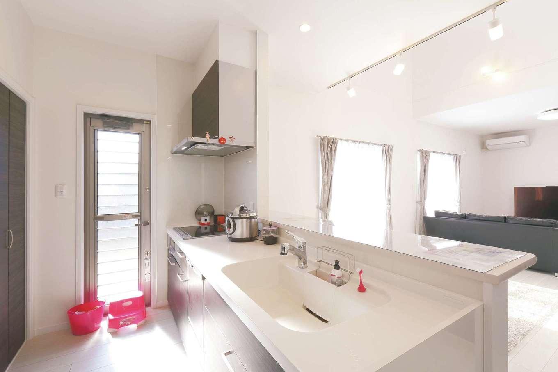 丸昇彦坂建設【デザイン住宅、省エネ、間取り】常に家族の様子が見える位置にキッチンを配置