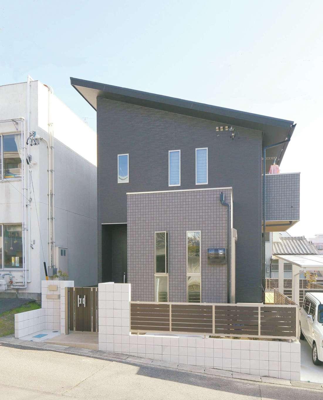 丸昇彦坂建設【デザイン住宅、省エネ、間取り】なだらかな傾斜地に建てたM邸。外観はブラックとグレーで統一した。片流れの屋根に4kWの太陽光発電を搭載