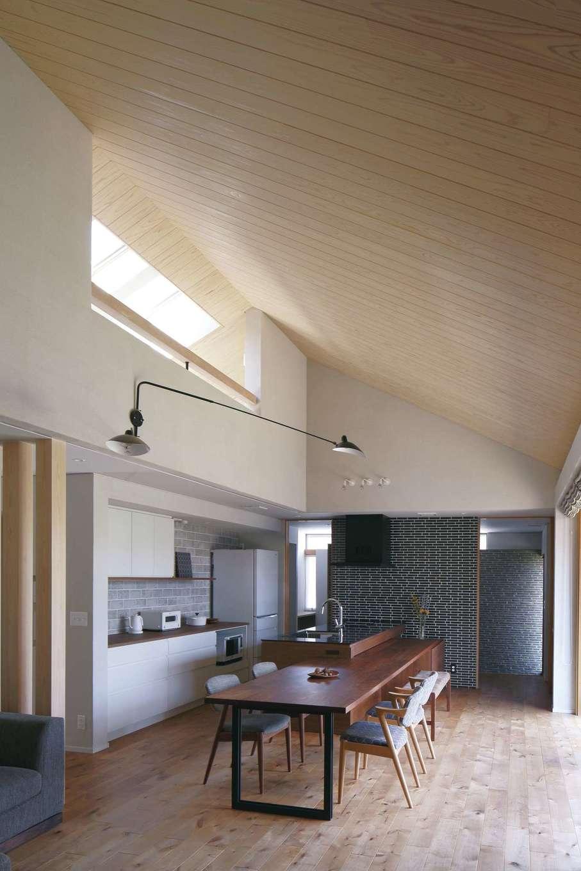 丸昇彦坂建設【デザイン住宅、自然素材、建築家】無垢材のぬくもりと自然素材のやさしさが心地いいLDK。大胆な勾配天井が平屋とは思えない開放感を生み出し、全館空調が家中の温度を均一に保つ
