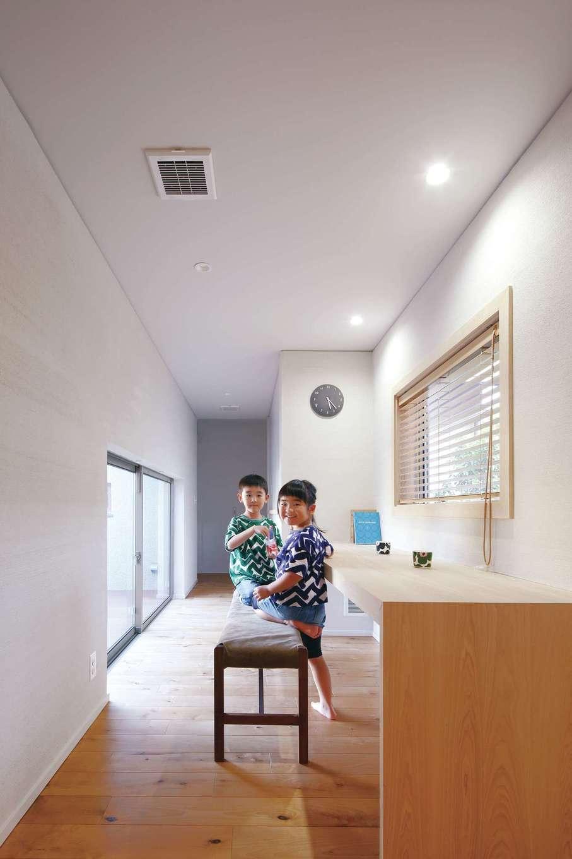 丸昇彦坂建設【デザイン住宅、自然素材、建築家】2棟の平屋をつなぐ渡り廊下に家族共有のカウンターを造作
